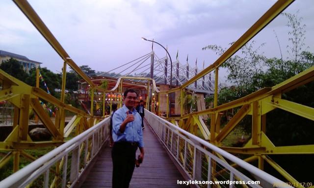 di jembatan