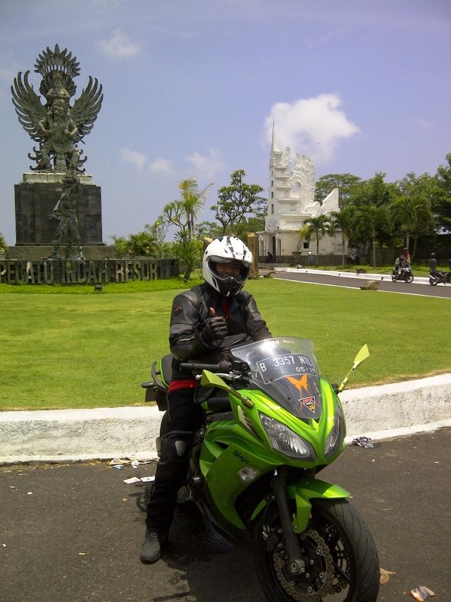 Mejeng di depan Pecatu Indah Resort