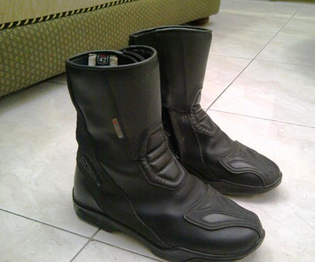 Sepatu riding Forma milik saya, mulai tua..