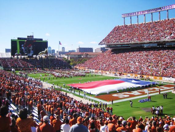 Saya sering jogging di stadion campus ini. Tp hanya sekali aja nonton langsung pertandingan college football di sini.
