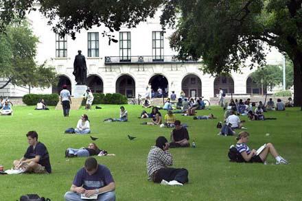 Kalau cuaca lagi bagus...beginilah para penghuni kampus bersantai
