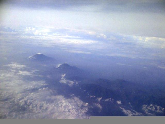 Tiga gunung berbaris, sepertinya ini Jawa Tengah