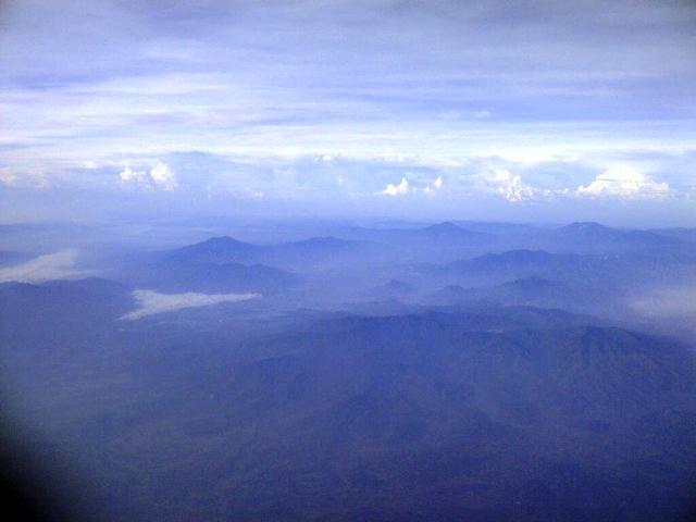 Banyak pucuk2 gunung menyembul di atas awan