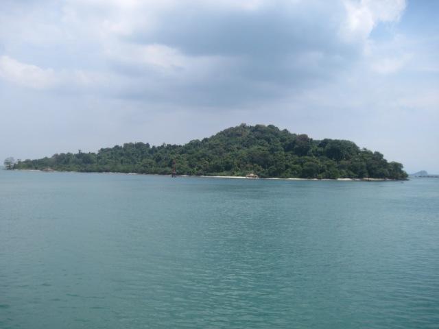 sebuah pulau kecil tidak jauh dari pelabuhan merak