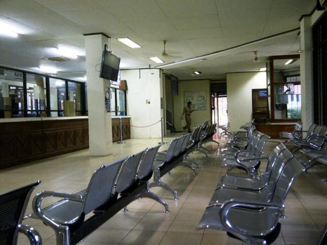 Masih banyak tempat duduk kosong di ruang tunggu