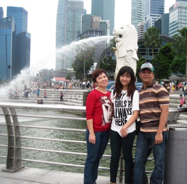 Saya, anak & istri berfoto dg background Merlion