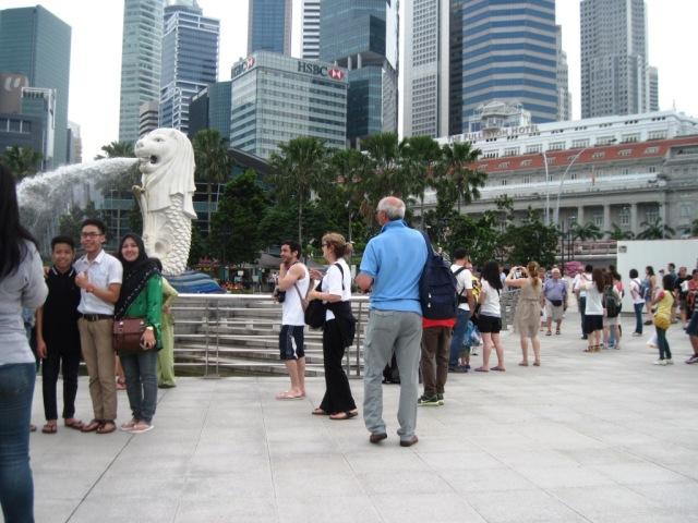 para turis berusaha mengabadikan dg camera