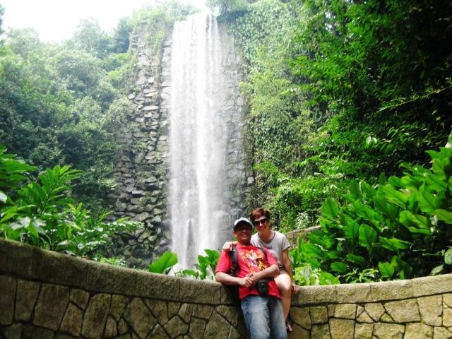 Bersama istri dg background air terjun