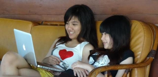 Hosi & Gaby playing on her Macbook