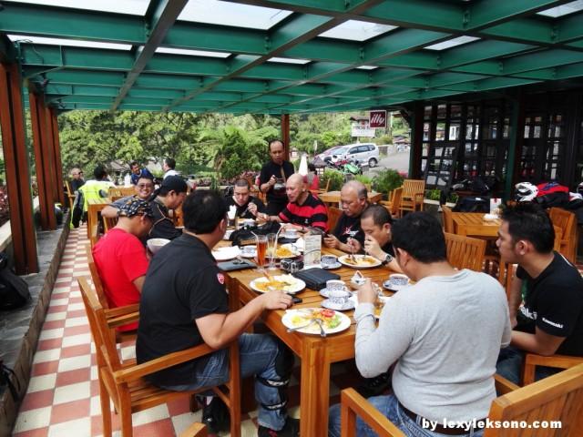 para riders menikmati nasi goreng, teh panas, kopi, dll.. di Puncak Pass resort