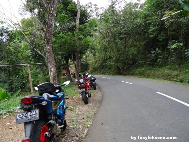 Stop dulu, salah satu rider ducati mengalami kecelakaan waktu nikung. Motor rudak, tapi rider selamat walau sedikit lecet2.