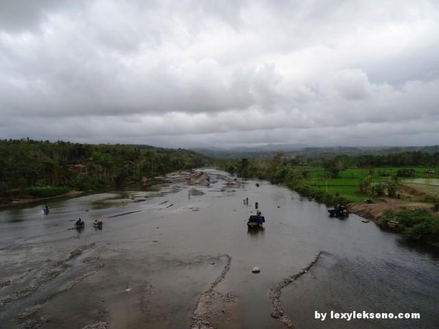 Sungainya menyuguhkan pemandangan tersendiri