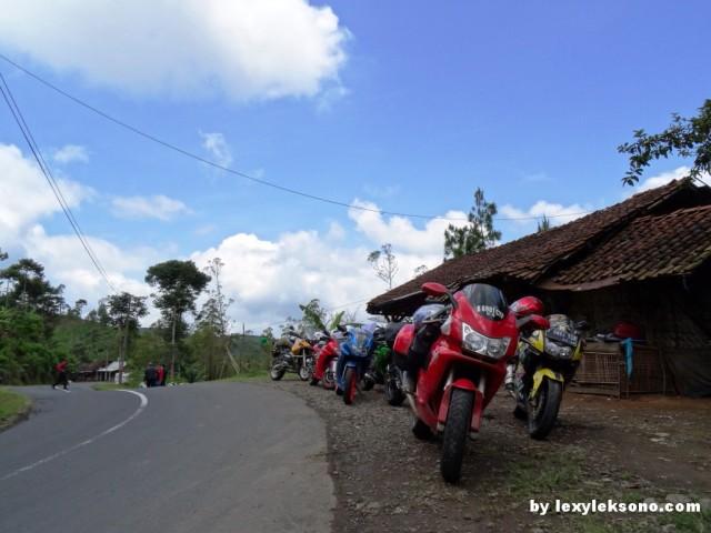 di daerah jalan Cikajang, di lereng antara gunung Cikuray dan gunung Papandayan.