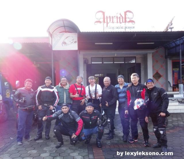 The riders, standing : Wiyarto, Herry, Andhika, Deni, Nindyo, Adi, Wahyu, Lilis, Lexy. Front row: Hendra, Tri