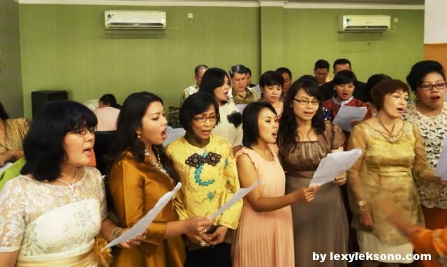 GMII Logos Choir praising God