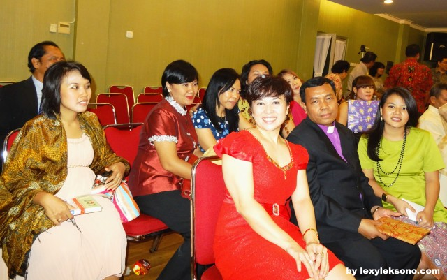 Pak Pdt. Bukit was forced to have picture with the ladies.