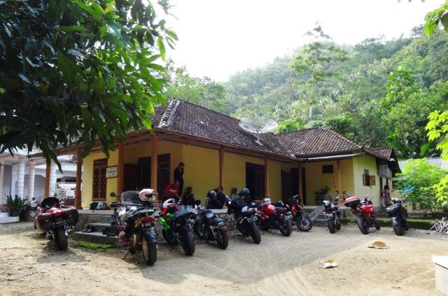 Rumah di desa Lorok, makan siang dulu