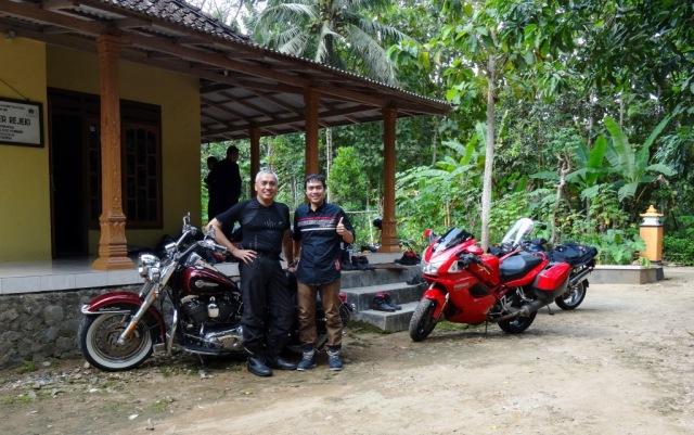 Pak Bambang, penunggang HD, beliau lahir di kampung ini.