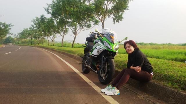 Istri saat menemani menikmati udara pagi dengan nunggang motor