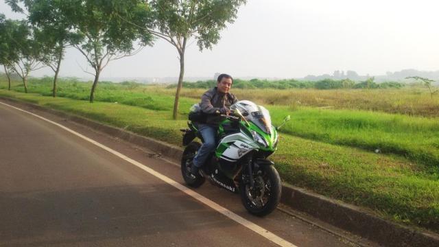 Naik motor itu sangat menyenangkan, apalagi ditemani kekasih tercinta