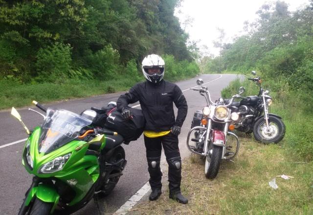 Kalau riding bertiga begini nyaman banget, bisa santai menikmati perjalanan.