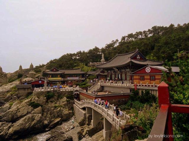 Pemandangan indah kuil terlihat dari sudut sini
