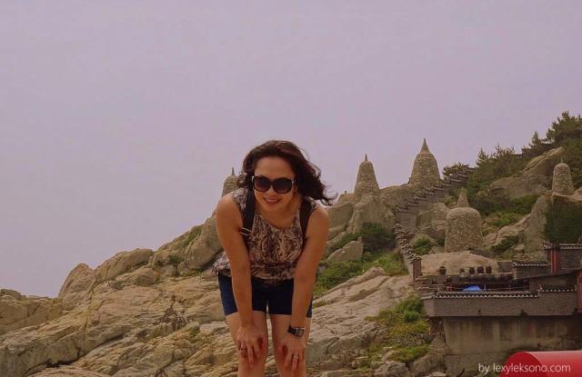 foto di sebuah bukit dg latar belakang semacam stupa di kejauhan