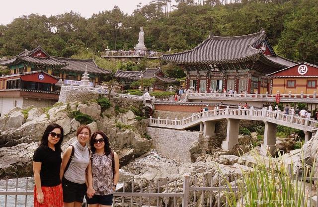 Bertiga dg latar belakang kuil