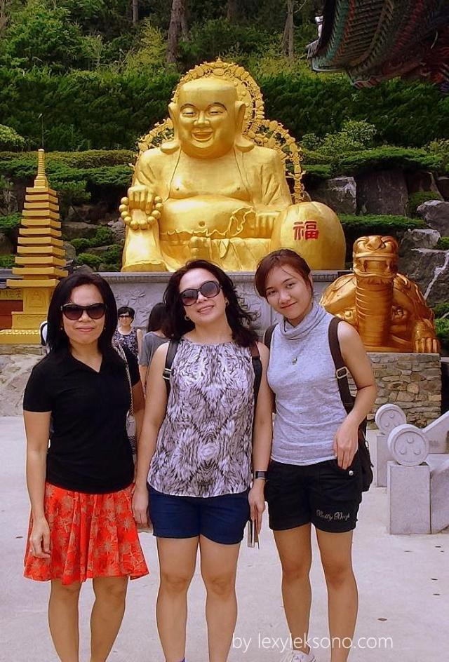 Berfoto di depan salah satu patung.