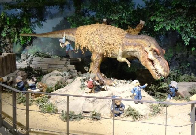 para Teddy Bear sedang bermain-main dengan T-rex (kalau gak salah) yg galak itu lho