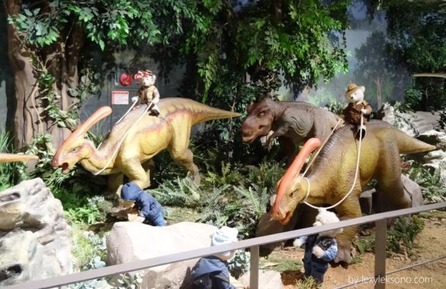 mereka menunggangi dinosaurus, seperti anak desa menunggang kerbau (ingat masa kecilku hehe)