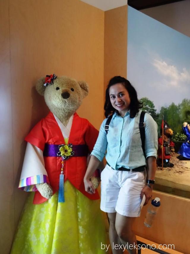 berpose dengan mbak teddy bear