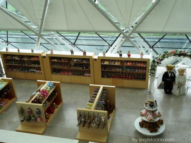 Bagi yang mau belanja souvenir boneka teddy bear tersedia di sini dg berbagai macam bentuk dan ukuran
