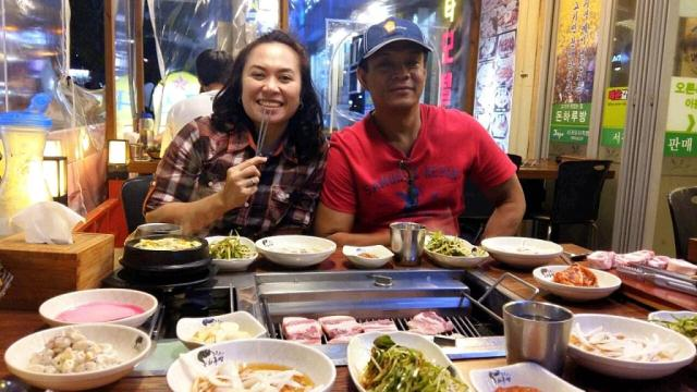 Malam tiba, kami mampir di restoran khas Korea, masih dekat dg pantai, dan menikmati hidangan sampai kenyang.