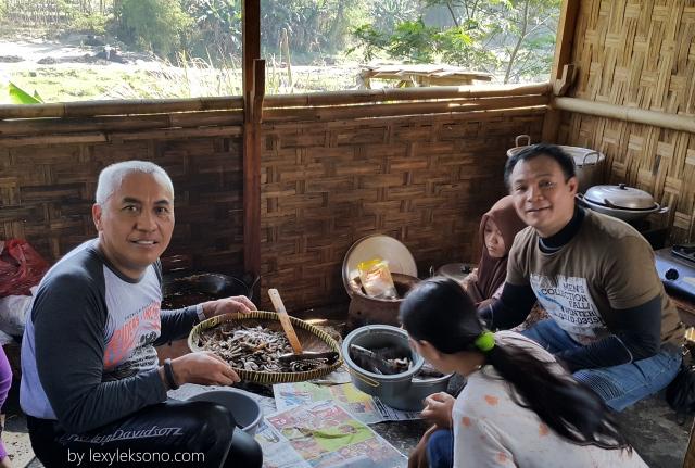 Saya dan mas Bambang masuk ke dapur ikut nggoreng wader hehe..