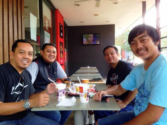 Searah jarum jam, bro Tornanda, bro Satriyo, Lexy, bro Kinas.
