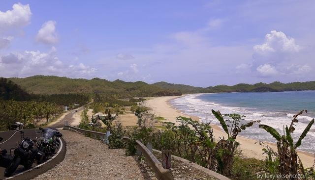 Keindahan pantai Soge memang sungguh menawan. Tapi panasnya juga mantap.