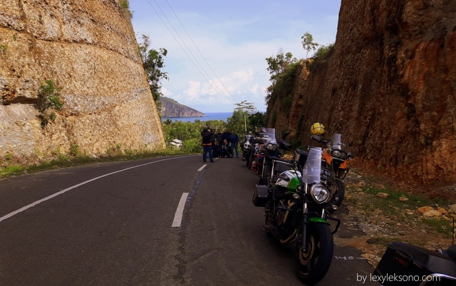 Jalan yang membelah bukit Pemandangannya oke punya