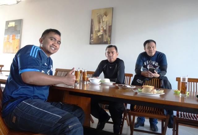Di rumah makan sate Shinta