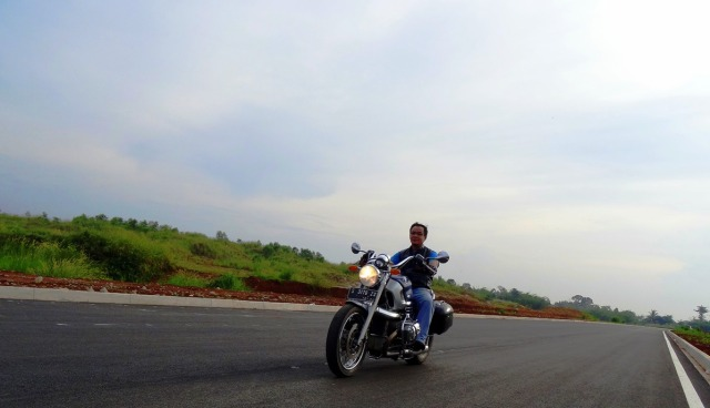 Ini foto gaya-gayaan di jalan yg belum difungsikan, pelan-pelan supaya kelihatan riding positionnya.