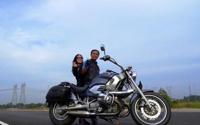 Saya dan istri memanfaatkan jalan yg belum dilewati kendaraan untuk foto-foto.