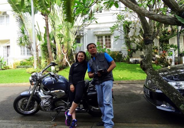 Saya dan istri foto di depan rumah bersama si Boxer R1200C