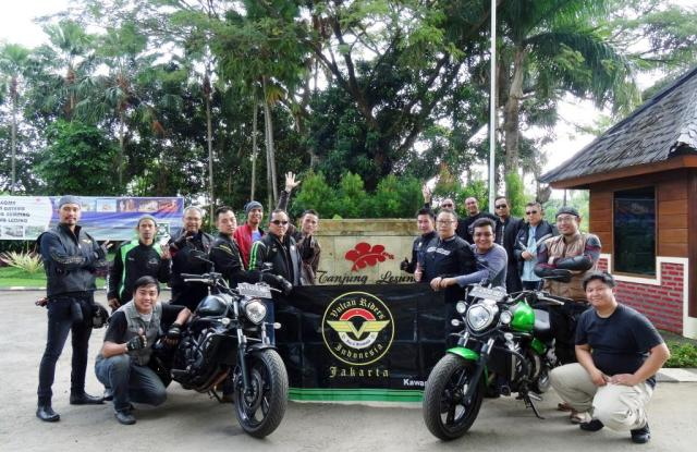 Foto bersama di depan gerbang Tanjung Lesung Resort