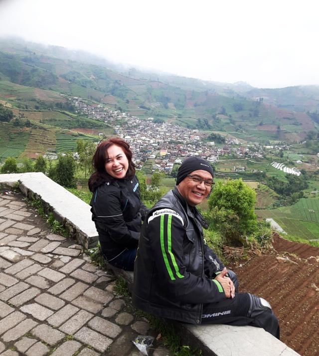Saya dan istri santai menikmati pemandangan indah pegunungan Dieng