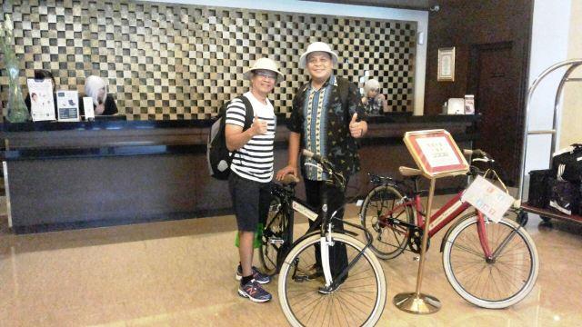 Saya dan bro Nilo tiba di hotel Neo + Awana Jogjakarta. Mau sepedahan dulu...