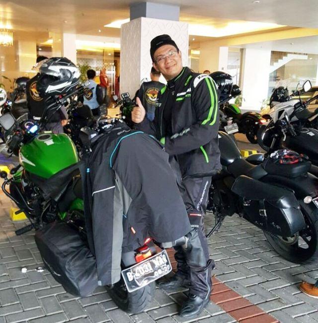 Beriap-siap dengan full riding gear.