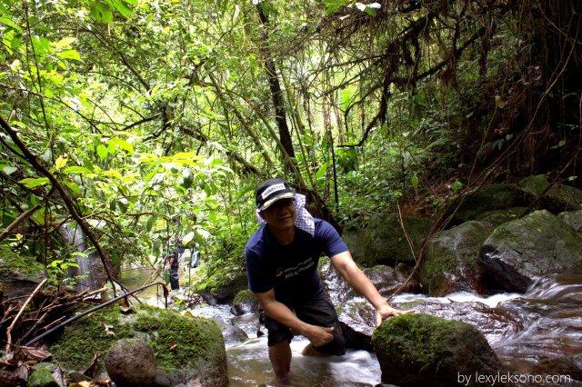 Setelah 1 km menyusuri sungai dengan berbagai rintangan, duduk sejenak melepas lelah.