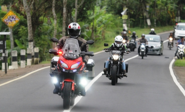 Brother Wawan with his Kawasaki Versys leading us for the fun ride ti Dieng Plateau
