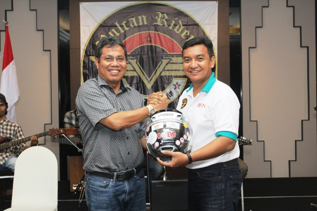 om Gandi one pf the lucky rider received helmet from BNI